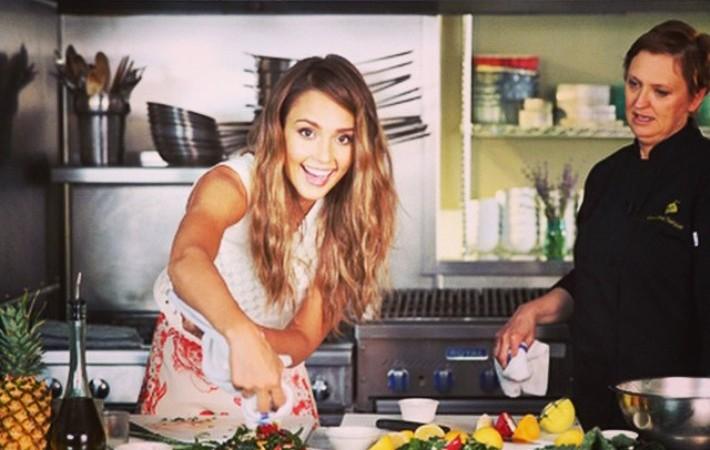 jessica-alba-prenant-un-cours-de-cuisine