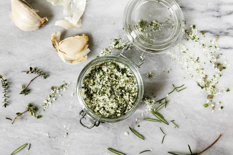 Comment faire son propre sel aromatisé au romarin ?