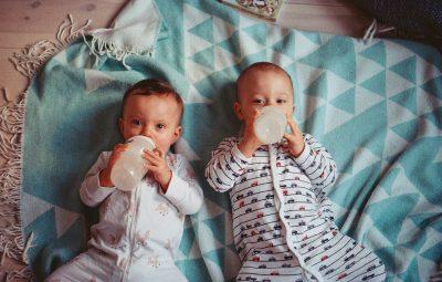 Deux bébés qui boivent au biberon