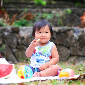 Un bébé qui mange des fruits en pique-nique