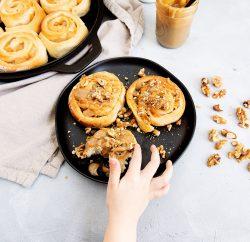 Pâtisserie avec main d'enfant
