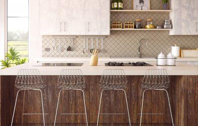 cuisine ouverte avec îlot et chaises de bar